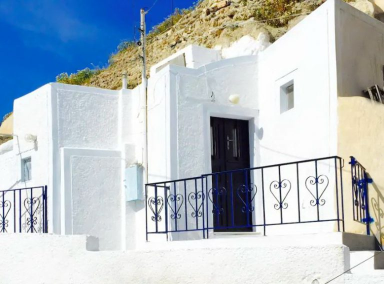 Rent a cave House in Akrotiri Santorini